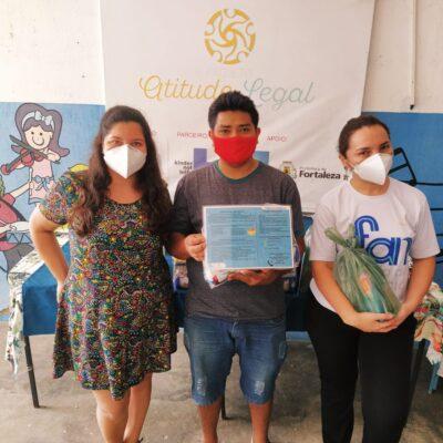 Famílias do bairro Vila Velha, em Fortaleza, recebem kits de alimentação e higiene pessoal